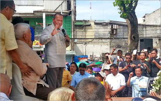 Oscar Moreno waves to supporters after taking oath at divisoria, Cagayan de Oro